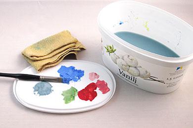 Glassbytta som palett och vattenskål när du målar mad akryl | www.dinatelje.se