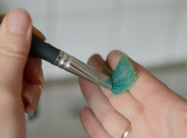 Tryck penseln mot handen för att kontrollera att den är ren | DinAtelje.se